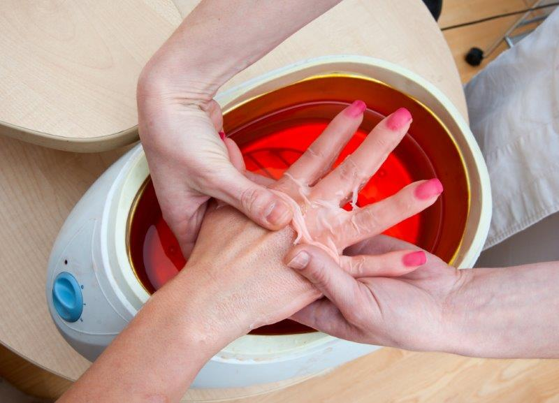 Parafina idealnie sprawdzi się w przypadku suchej i spękanej skórze dłoni