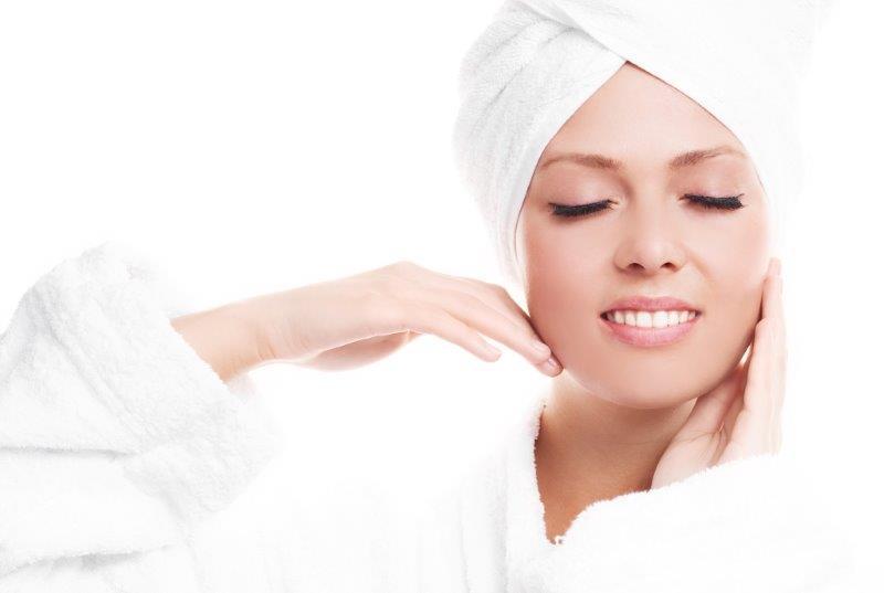 Masaż twarzy warto włączyć do wieczornego rytuału pielęgnacyjnego.