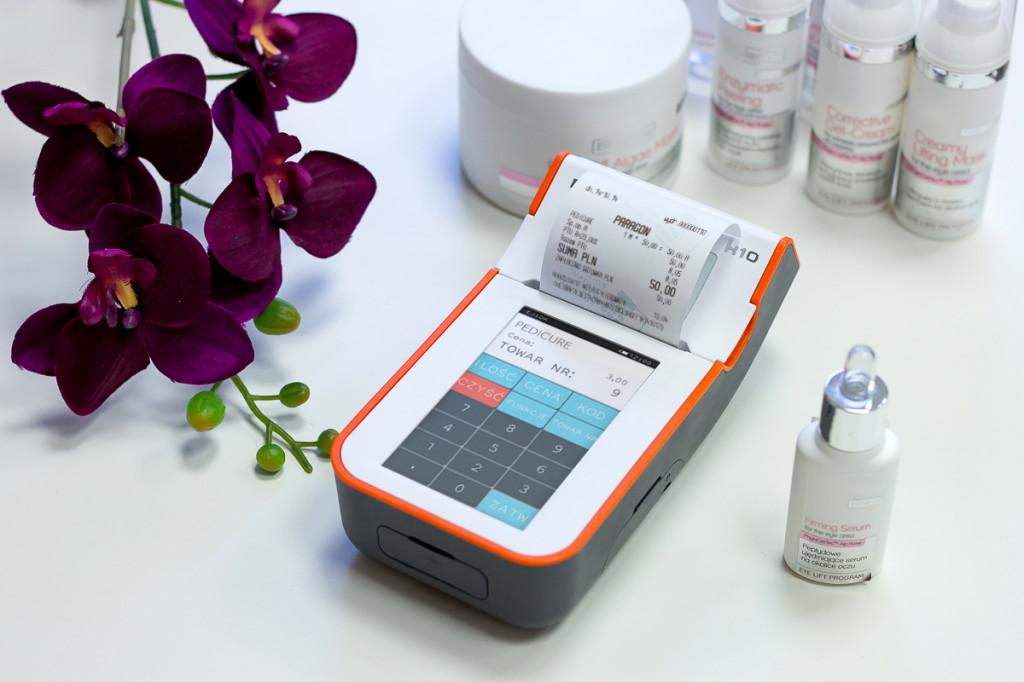 Elzab K10 - smartfon wśród urządzeń fiskalnych, można ją obsługiwać za pomocą intuicyjnego ekranu dotykowego. Niewielka, lekka i odporna na zarysowania i zalanie wodą.