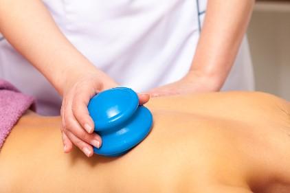 Bańka chińska wspomaga walkę z cellulitem, może także stanowić element masażu relaksacyjnego.