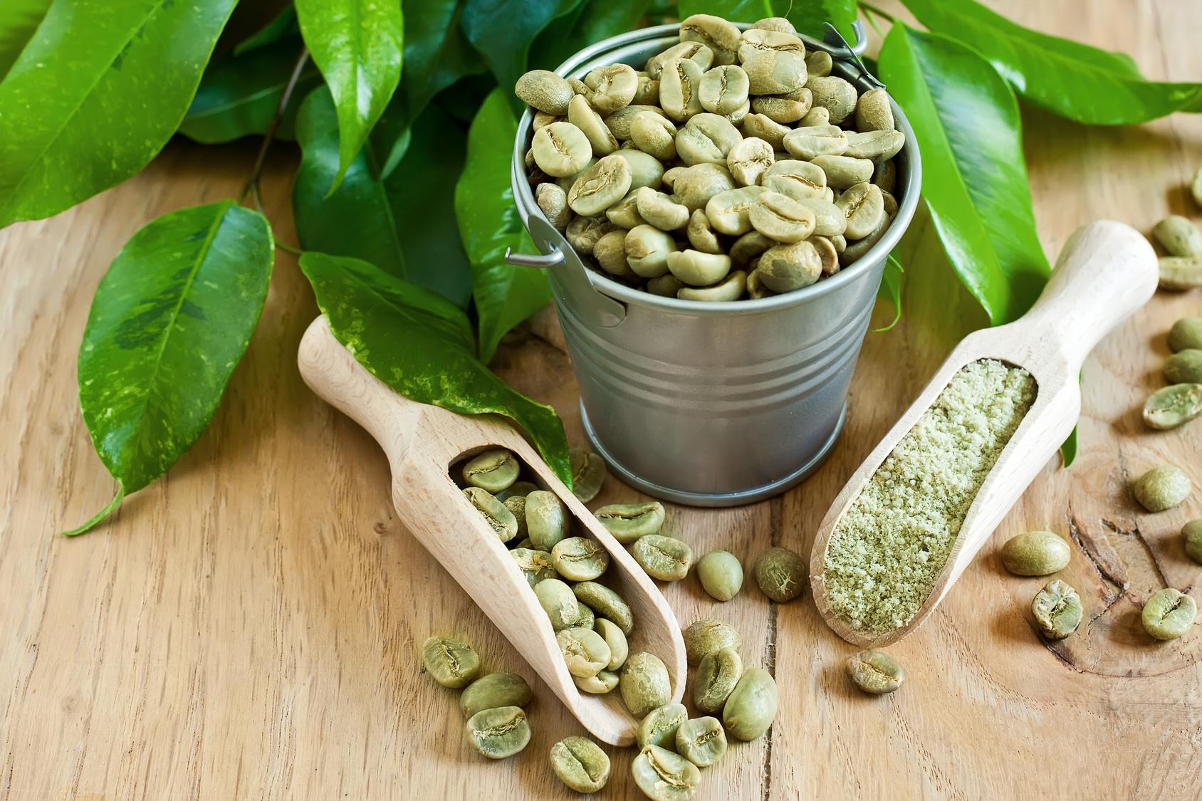 Kawa niepalona jest dużo jaśniejsza odpalonej, a niektóre jej odmiany mają lekko zielony odcień, stąd też nazwa | fot.: Fotolia
