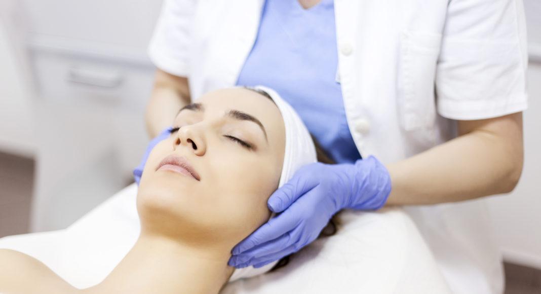 kobieta w gabinecie medycyny estetycznej
