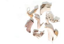 Beżowe buty damskie na białym tle