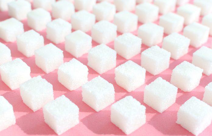biały cukier w kostkach