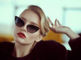 czarująca kobieta w luksusowych okularach