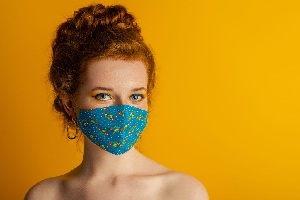 kobieta w makijażu nosząca maseczkę na twarzy