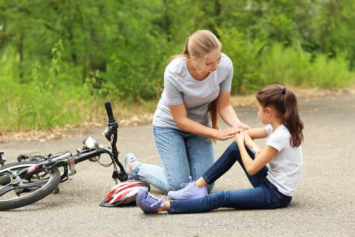 dziewczynka uraz na rowerze