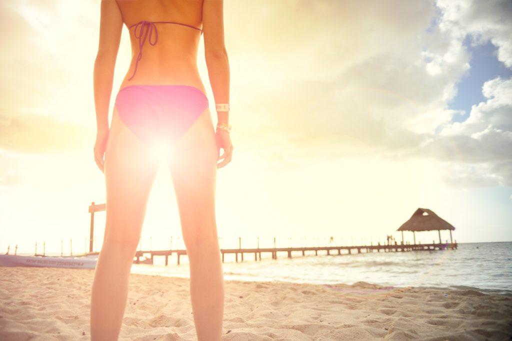 gładkie nogi na plaży