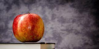 jabłko stojące na książkach