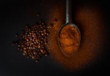 kawa mielona kawa ziarnista na łyżeczce