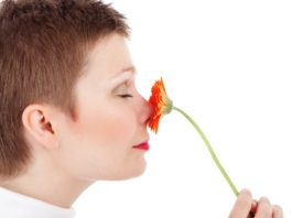 Kobieta chowa nos