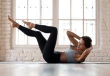 Kobieta ćwiczy mięśnie brzucha