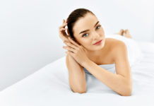 Piękna kobieta na łóżku kosmetycznym przed zabiegiem