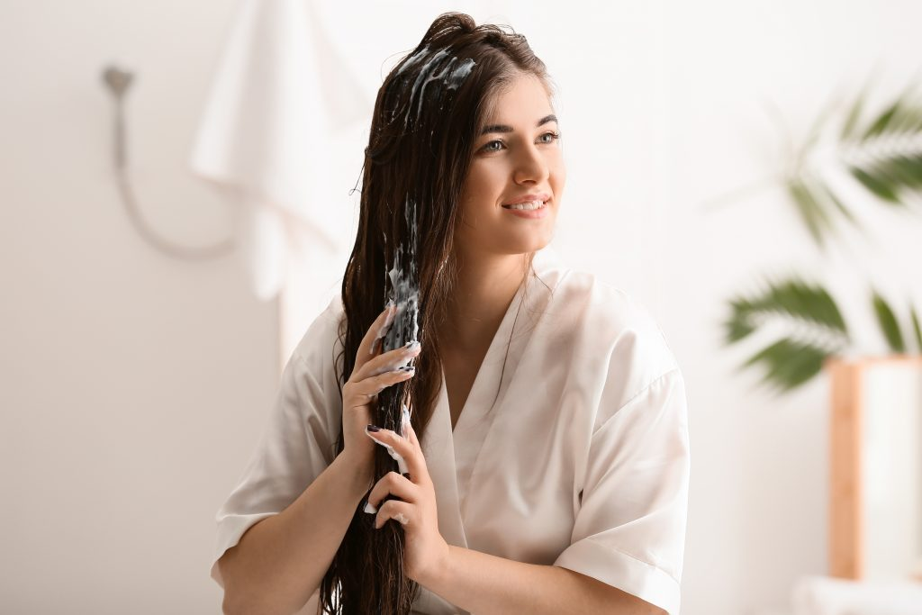 kobieta maska do włosów