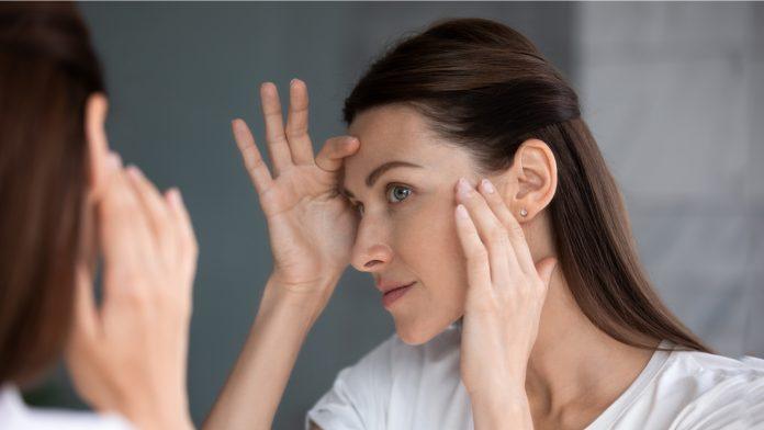 kobieta oglądająca twarz w lustrze