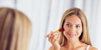 Kobieta podczas nakładania makijażu