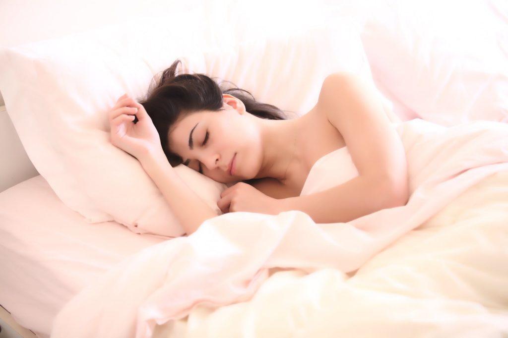 Kobieta śpi bardzo dobrze