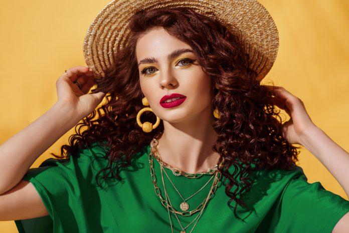 kobieta w letnim kolorowym makijażu i słomkowym kapeluszu