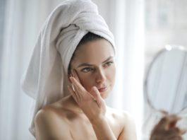 kobieta w ręczniku na głowie przed lustrem
