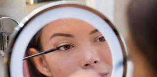 Kobieta wykonuje makijaż