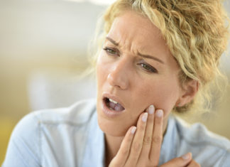 kobieta z bólem zęba