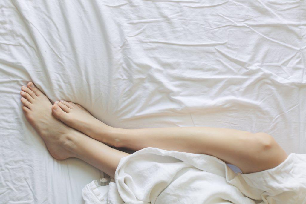 Gładkie nogi w pościeli