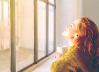 Kobieta patrzy w słońce