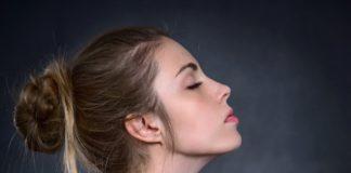 Kobieta z profilu