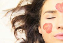 Kobieta z serduszkami na twarzy