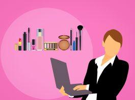 kobieta przy laptopie make up