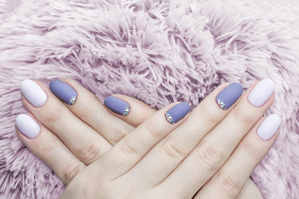 Manicure ślubny - kolor przewodni