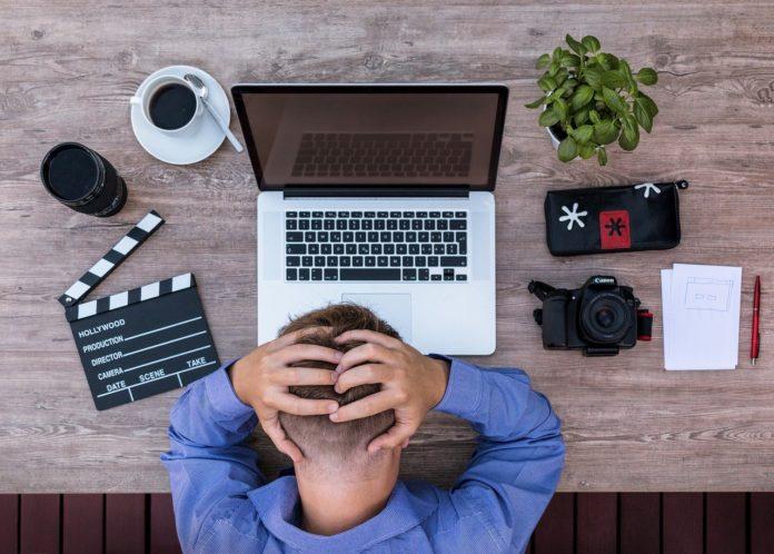 mężczyzna migrena w pracy