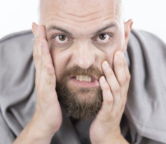 mężczyzna pomarszczone czoło łysienie
