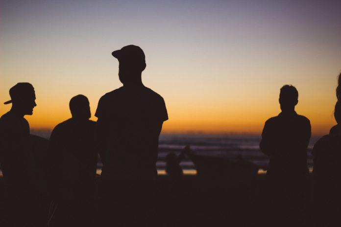 Mężczyźni z brodą na plaży