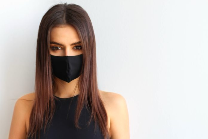 kobieta w czarnej maseczce