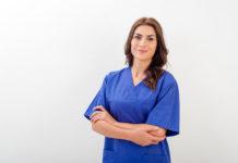 uśmiechnięta kobieta w odzieży medycznej