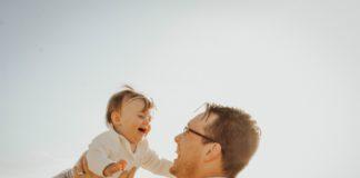 Ojciec i córka na dworze