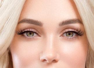 piękna blondynka sztuczne rzęsy