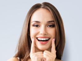 młoda kobieta z pięknym białym uśmiechem
