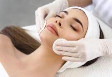 piękna kobieta na leżance u kosmetyczki przy zabiegu oczyszczania skóry