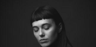 piękna kobieta z grzywką na artystycznym czarno-białym portrecie