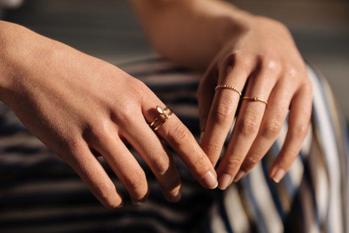 piękne kobiece zadbane dłonie