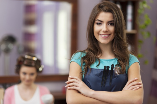 usmiechnięta kobieta personel salonu fryzjerskiego