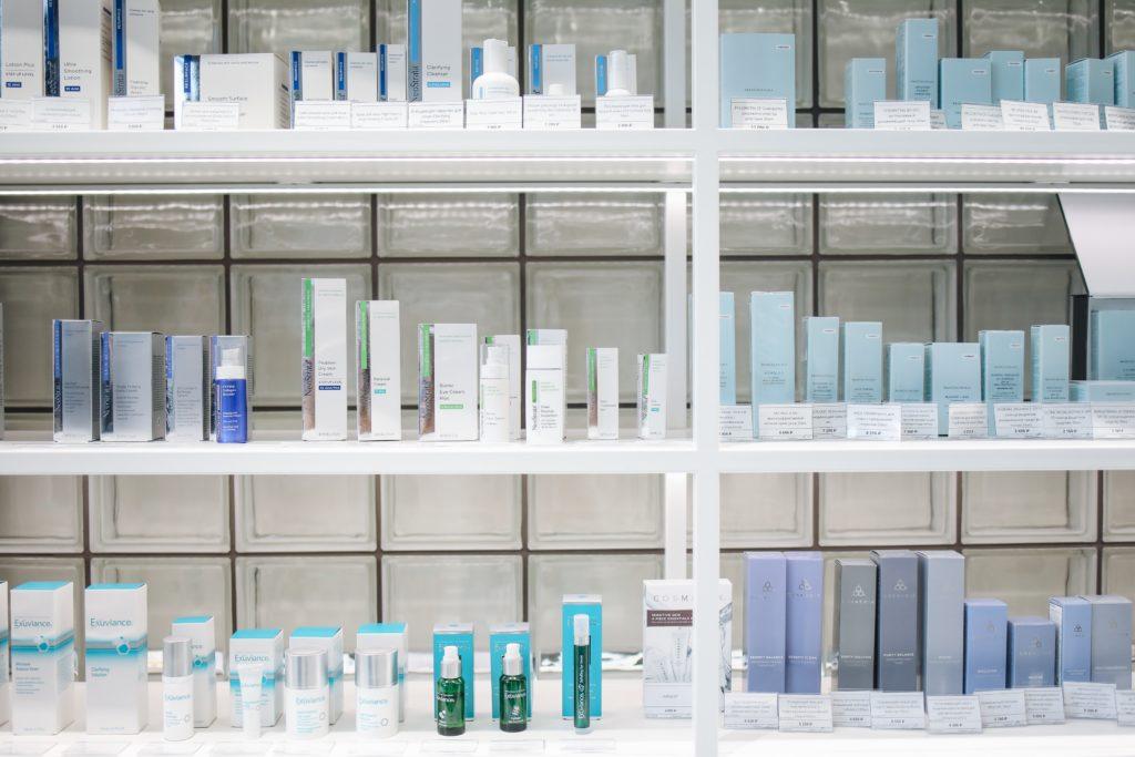 produkty kosmetyczne na półce w drogerii