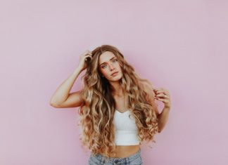 dziewczyna z przedłużonymi włosami