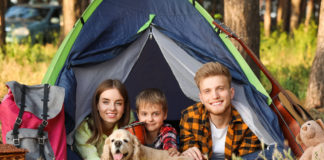 rodzina w namiocie za miastem