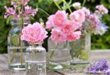 róże w wazonach