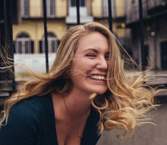 Roześmiana blondynka