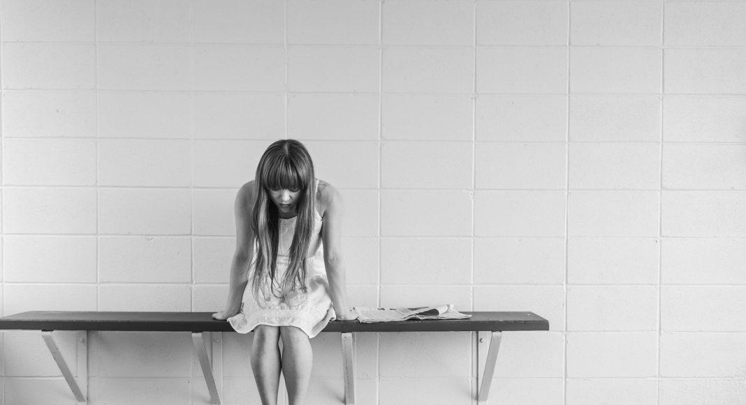Smutna kobieta z długimi włosami