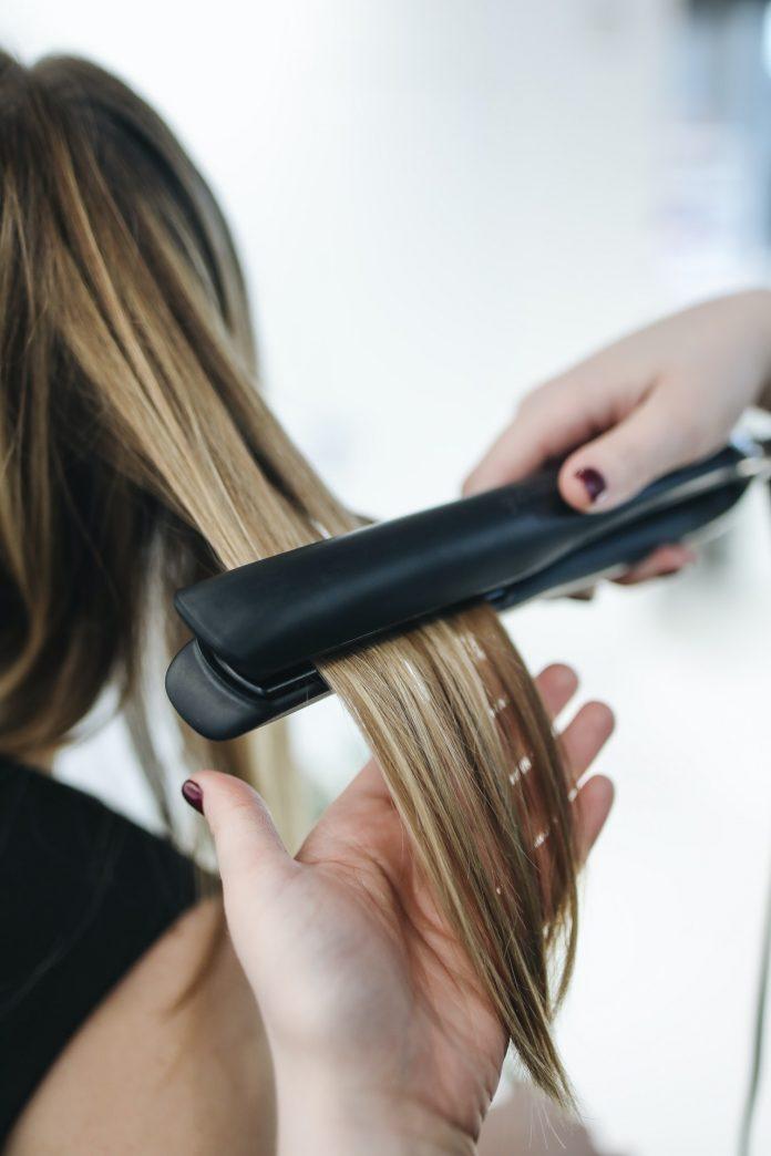 stylizacja włosów prostownica